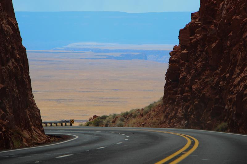 La strada che scorre in paesaggi sconfinati
