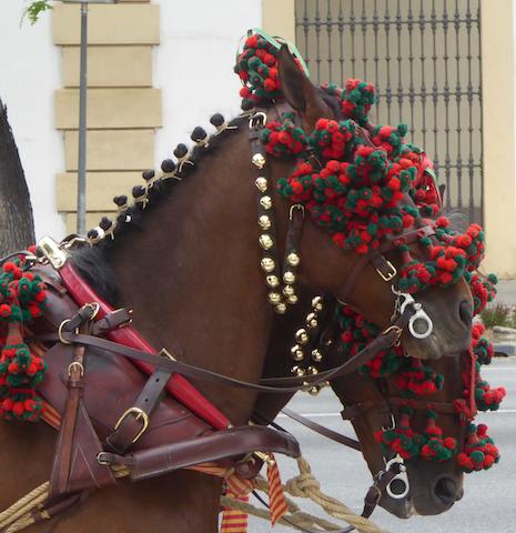 I cavalli vestiti a festa durante la Feria de Abril