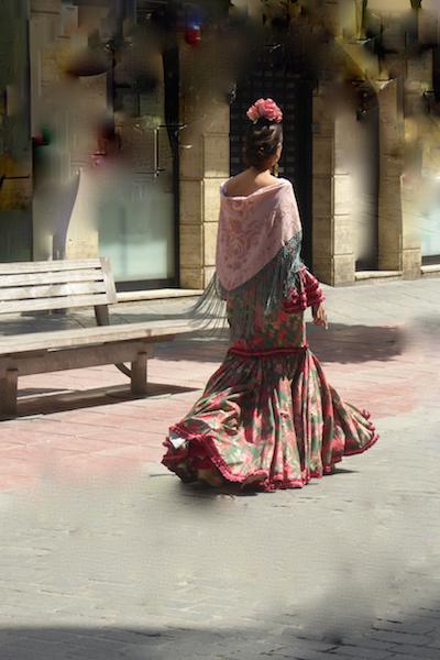 L'eleganza delle donne vestite con gli abiti tipici spagnoli